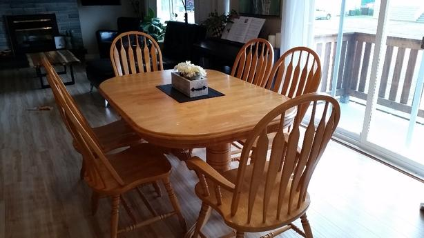 Hardwood dining table with leaf and 6 chairs