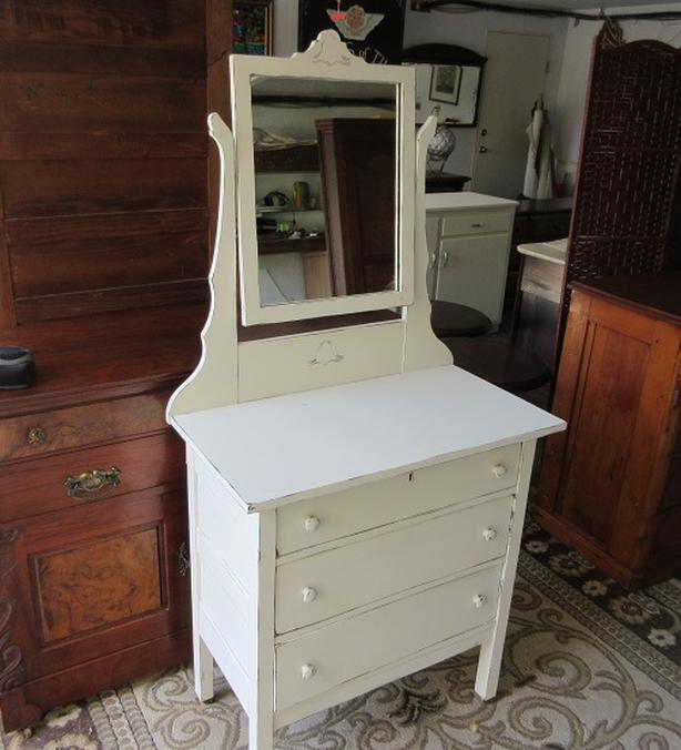 Vintage dresser with mirror Saanich, Victoria