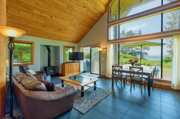 Luxurious Oceanfront Cottage (2Bdrm/2Bath) Pvt Beaches, Forest Trails  & Gardens