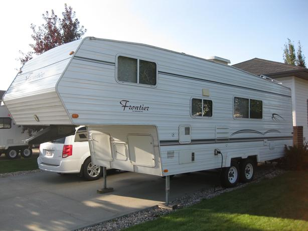 2004 FRONTIER BY VANGUARD 26' 5th WHEEL TRAILER