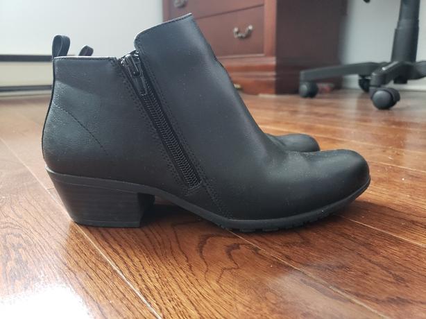Women's booties size 7.5W