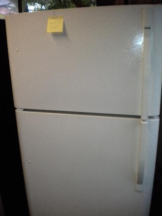 Immaculate 19 cu ft Kenmore Bisque frost free refrigerator