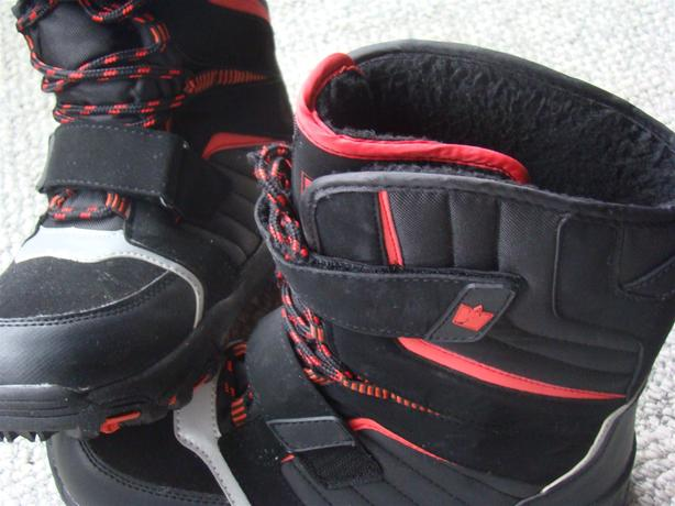 LARS Snow Shoes, Very Comfy and Warm Black with Red and White Strips 9