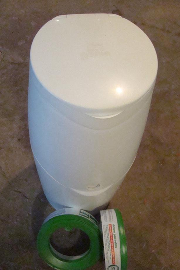 Diaper Genie White Disposable Bin and 2 Refill Packs in Excellent Condition