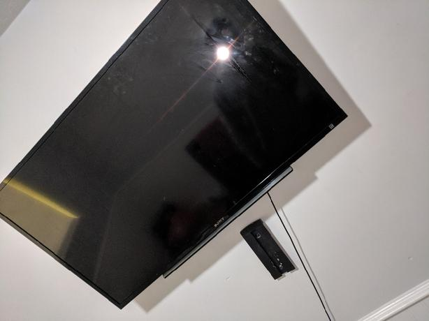 sony 40 inch flatscreen smart tv no remote comes with wall mounts price is neg
