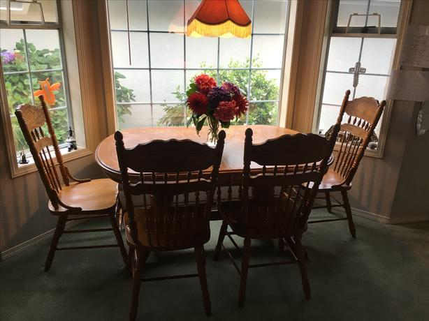 REDUCED - Beautiful Dining Table with 4 chairs