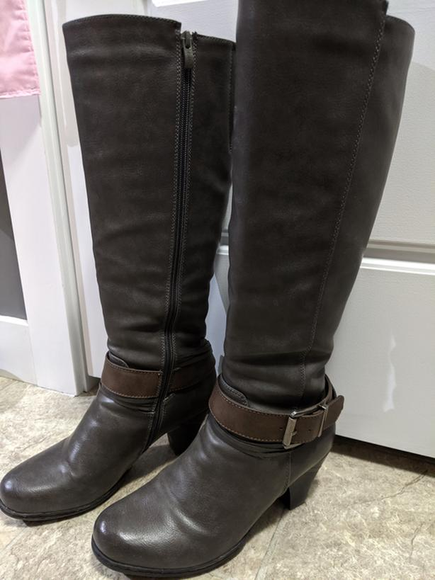 Size 39 (8) grey knee high boots