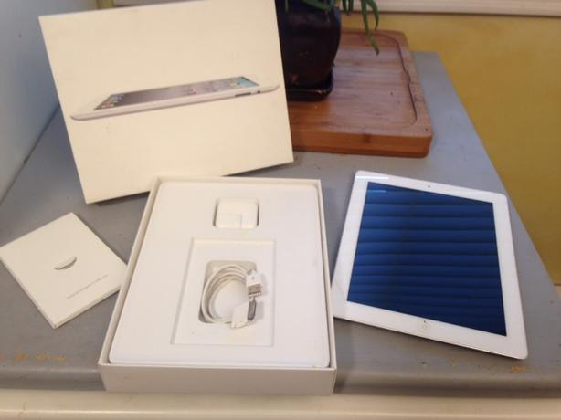 APPLE iPad 2 w/extras