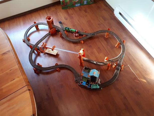 3 THOMAS TRAIN SETS AND 1 WOODEN TRAIN SET
