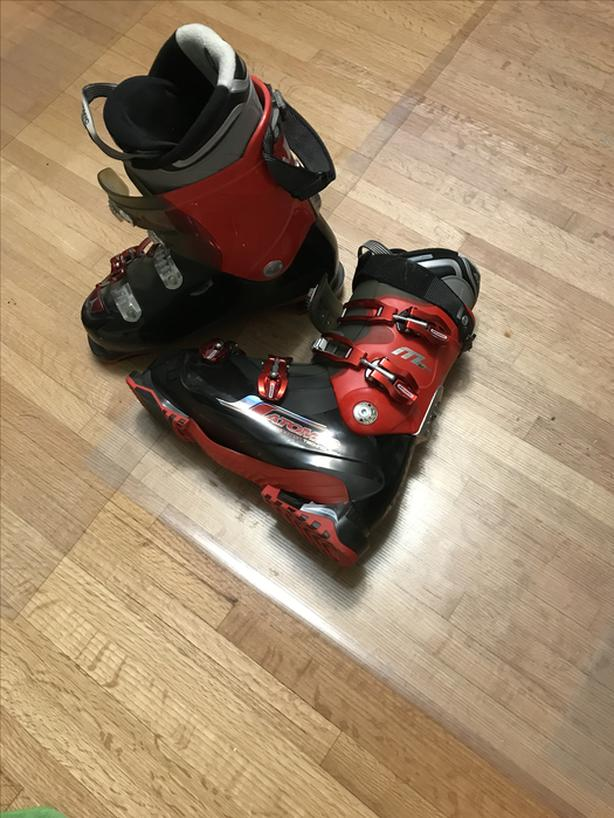Men's Ski boots and skis
