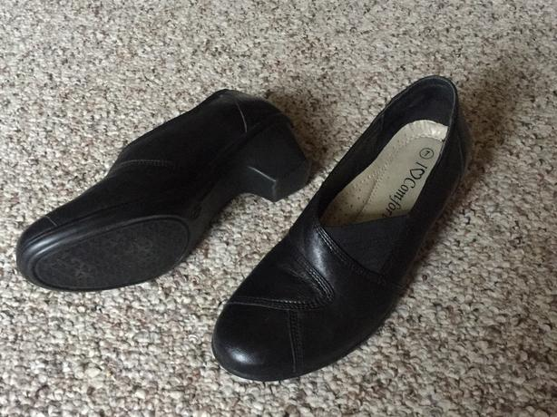 """Like new black leather """"I Love Comfort"""" shoes size 7"""