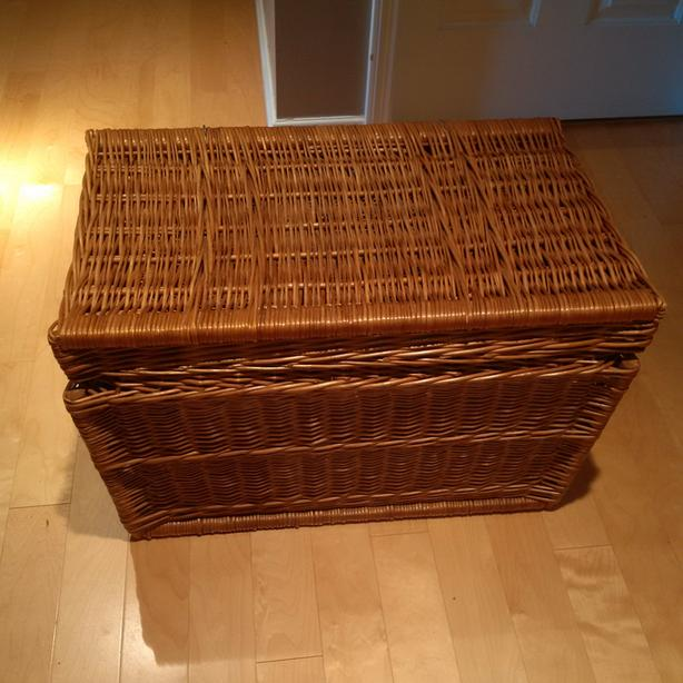 HINGED WICKER CHEST WITH SIDE HANDLES