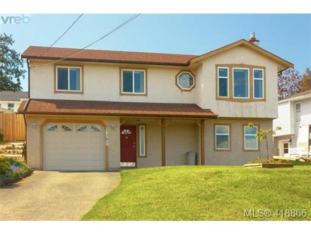 Gardeners Paradise, 4 bedroom, 3 bathroom Family Home in Central Saanich!