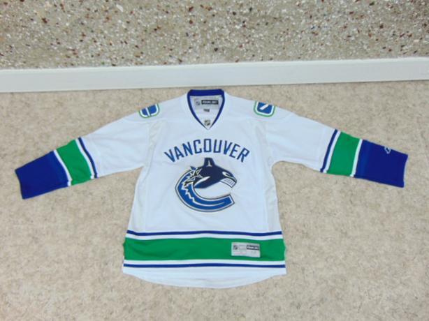 Hockey Jersey Men's Size Medium Vancouver Canucks New Demo Model