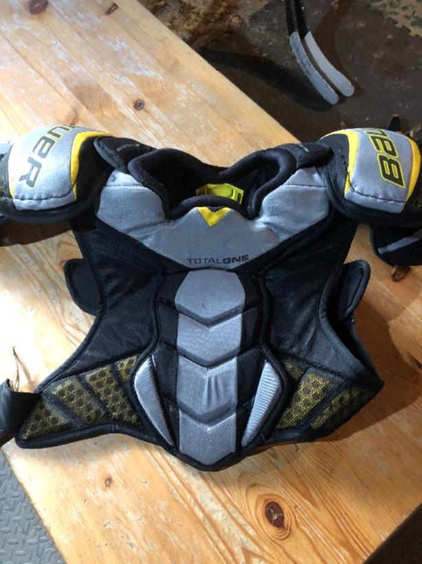 Bauer Total One NXG  hockey shoulder pads