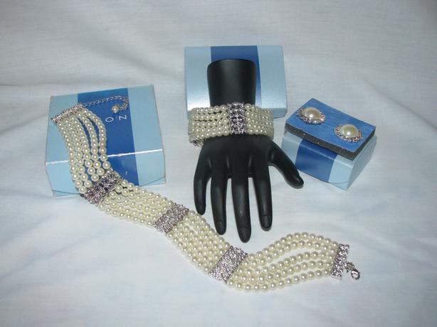 2003 Avon Faux Pearl Necklace Bracelet Earrings 3PC Set Original Box