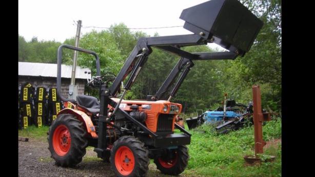 Kubota B7100 4x4 tractor