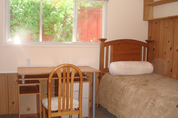Furnished room in Oak Bay Henderson --- 5 minutes walking to Uvic/Camosun