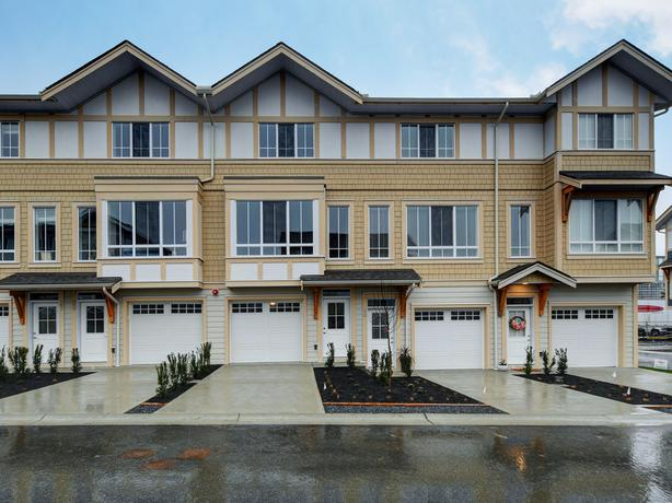 New 2 bedroom 2.5 Bath Townhouse in Royal Bay $2100.00