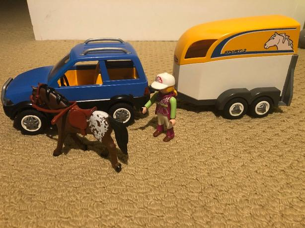 #5223 SUV with horse trailer