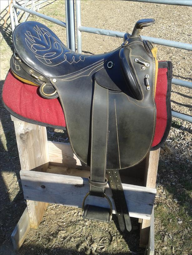 Down Under Australian Saddle with Horn