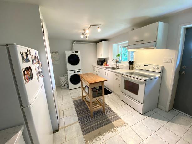 Spacious 3-Bedroom 1-Bathroom Suite near UVic