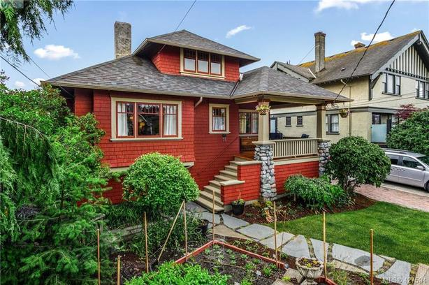 7 bedroom home in Victoria BC one block from ocean with 2 suites - $2600 income