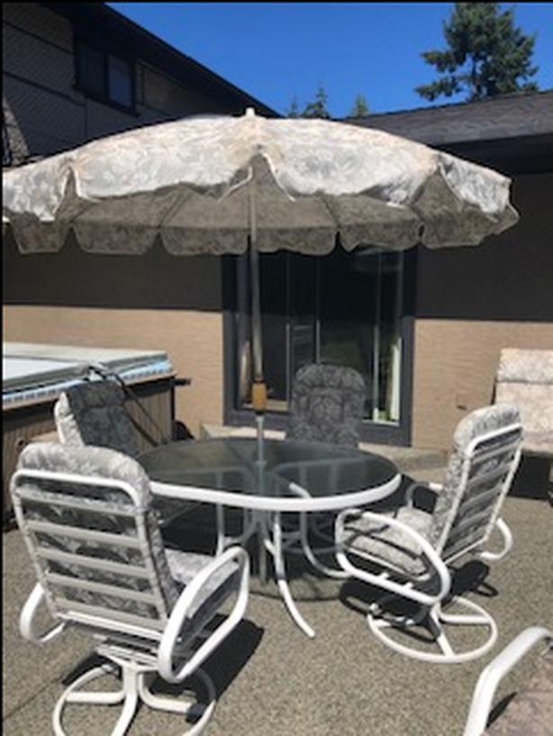 Patio Set with 4 Swivel Chairs & Umbrella