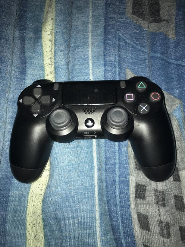 PS4 WIRELESS CONTROLLER IN BLACK