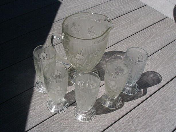 pictcher and glasses , vintage set