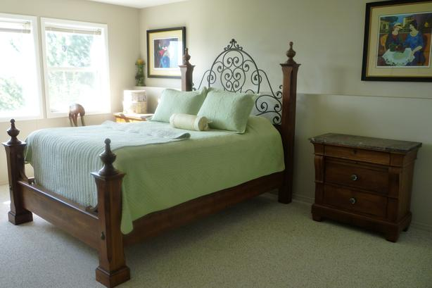 CLASSIC TUSCAN BED WITH TWO SIDE TABLES
