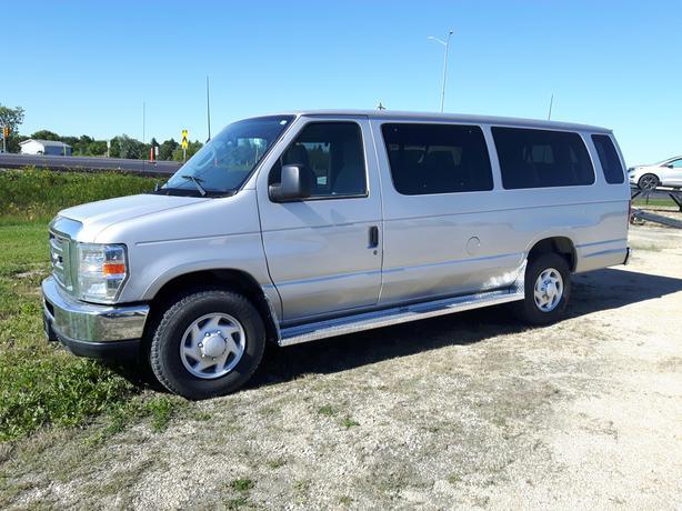 2014 Silver Ford E-350 XLT 15 Passenger Van 7X164B