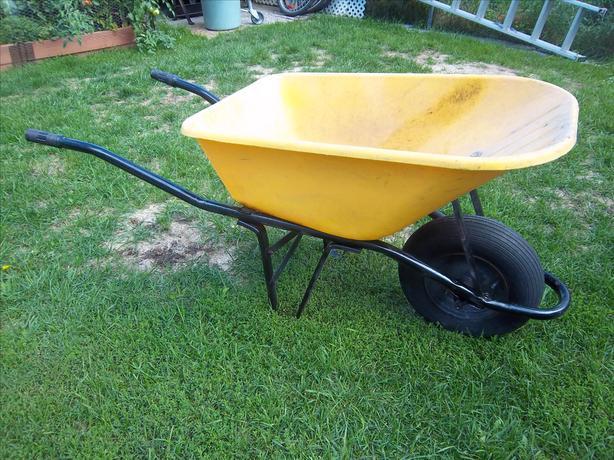 Wheelbarrow with plastic tub