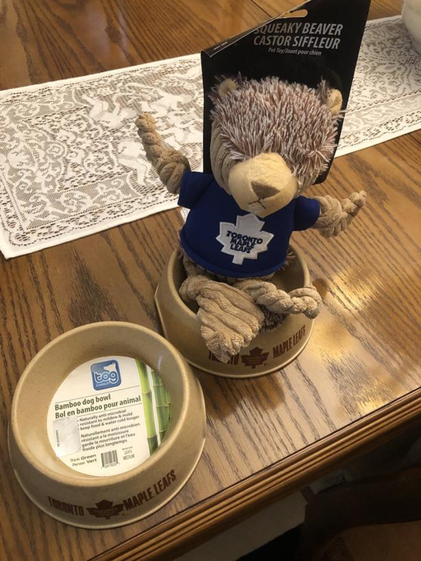 BNWT Maple Leaf Pet Fan Package