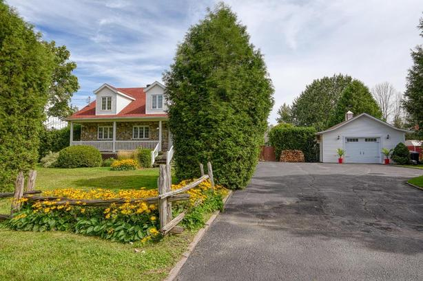 Spacious and luxurious house for large family in St-Hubert