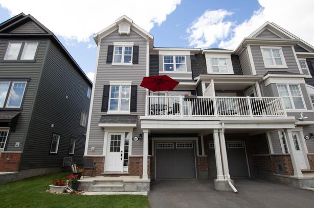 Beautiful 3 Storey 2 Bed Townhome in Avalon FOR RENT!