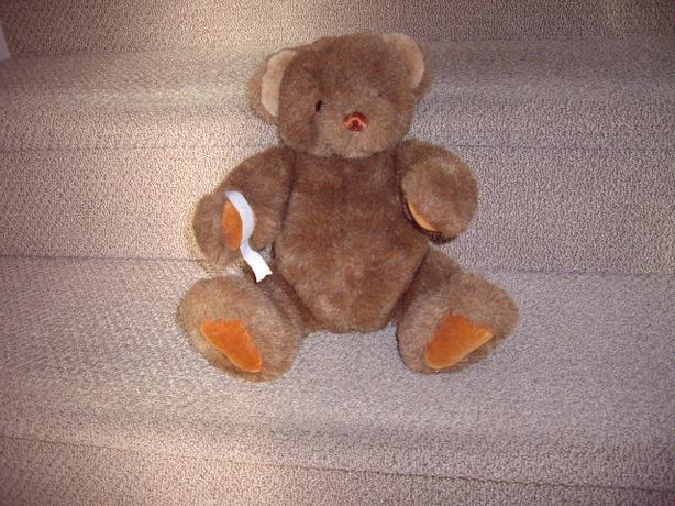 TEDDY BEAR A GUND WITH LABEL 15 INCHES
