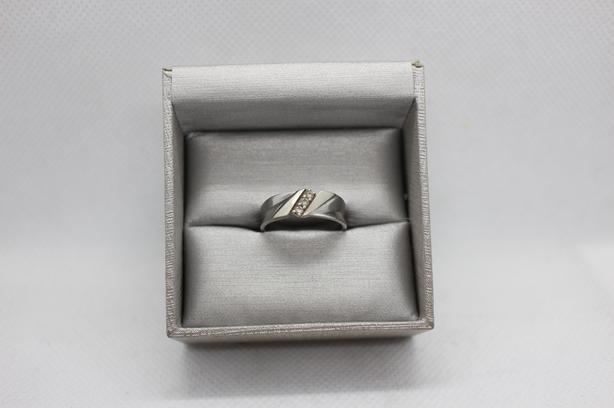 #174625-12 White gold 10K band set with 3 approx 0.10 ctw diamonds