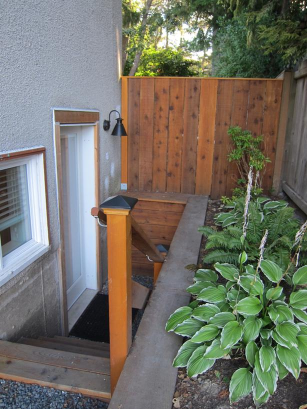 Bachelor Suite with kitchen and laundry close to Uvic and Camosun