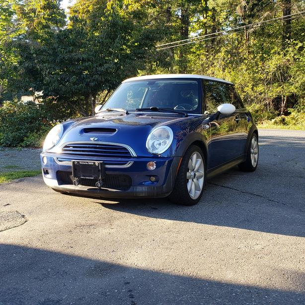 2004 Mini Cooper S.  Well Maintained. Only option missing is Nav.