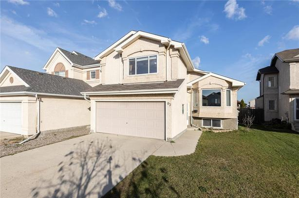 1521 SqFt cab-over situated on a quiet cul-de-sac in Island Lakes.