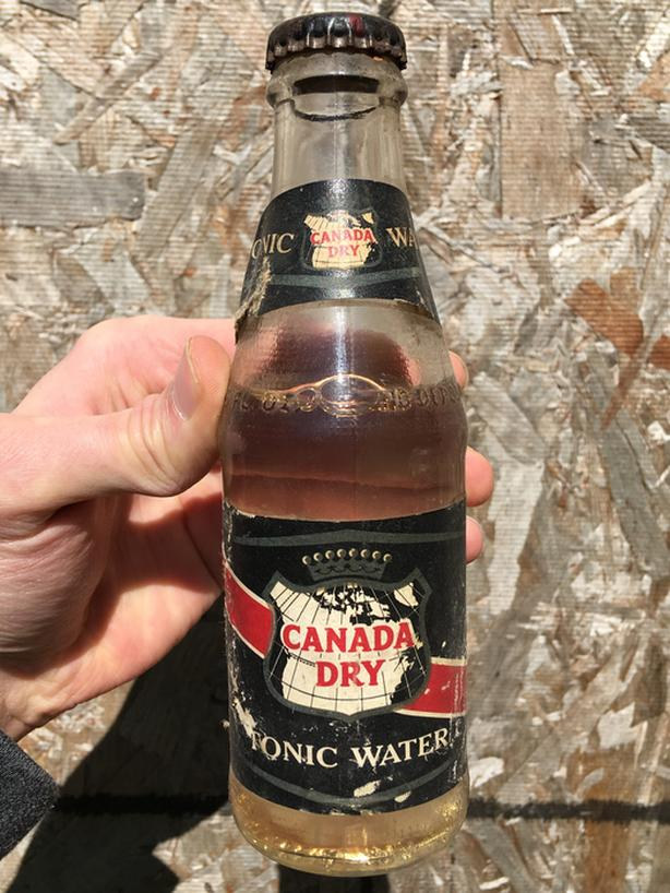 VINTAGE 1970's CANADA DRY TONIC WATER (6 OZ.) PAPER LABEL BOTTLE