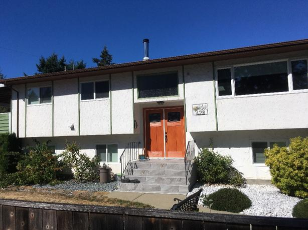 3 Bed R 2 bath top floor single family house in colwood