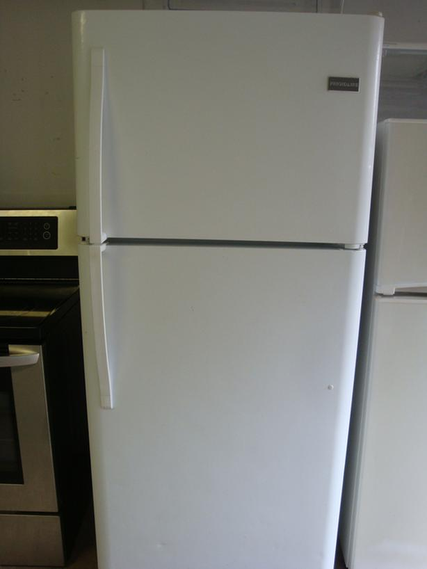 Fridge and stove in very good condition and with warranty.