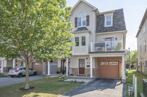 Beautiful 3 Bed End Unit Townhome in Barrhaven Mews!