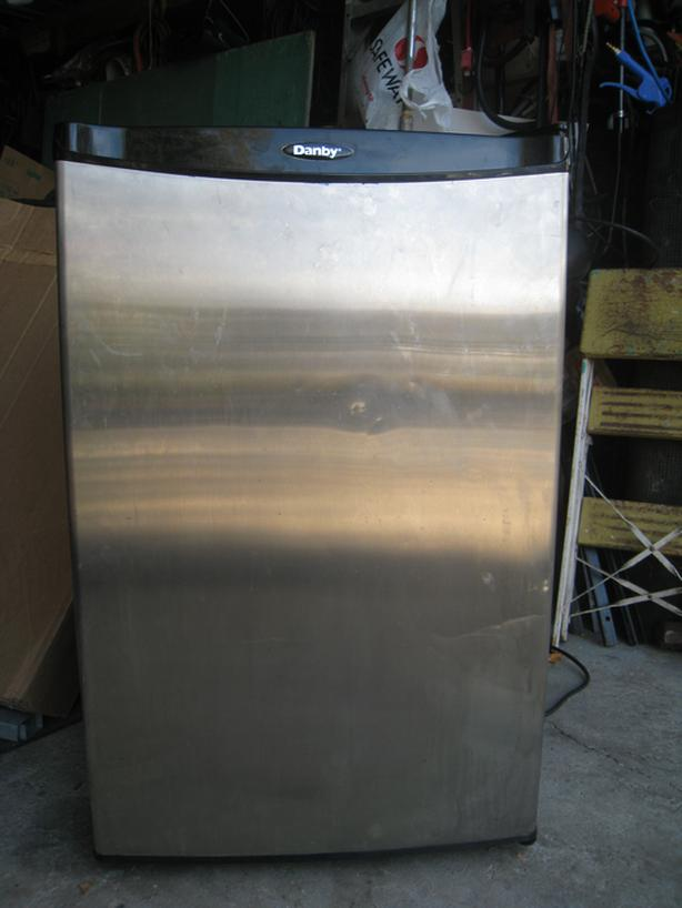 UPRIGHT COMPACT FREEZER