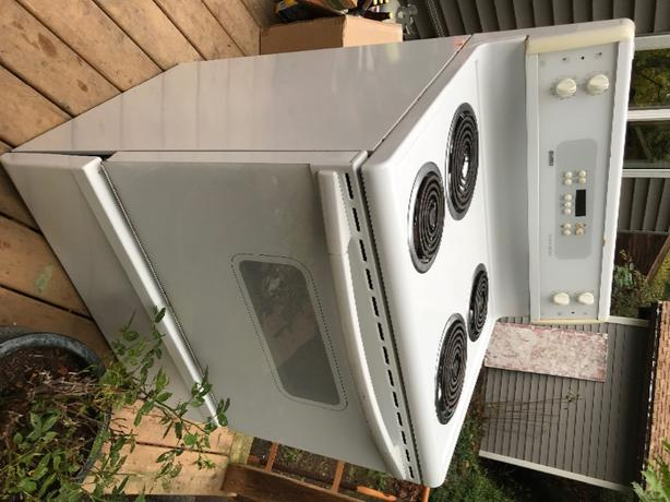 FREE: Great condition Kenmore stove *Must go*