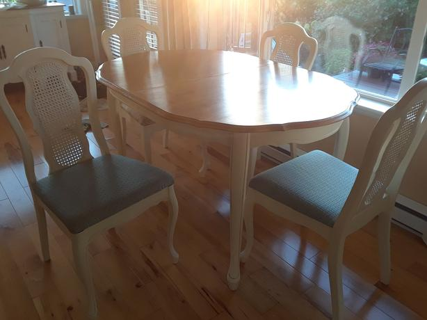 ANTIQUE WHITE DINING ROOM TABLE AND 4 CHAIR SET