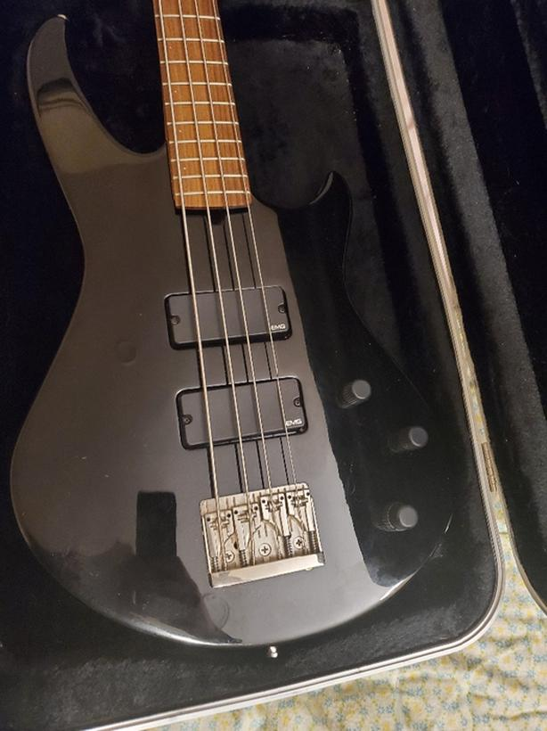 godin bass with active emg pickups with peavey 1x12 bass amp