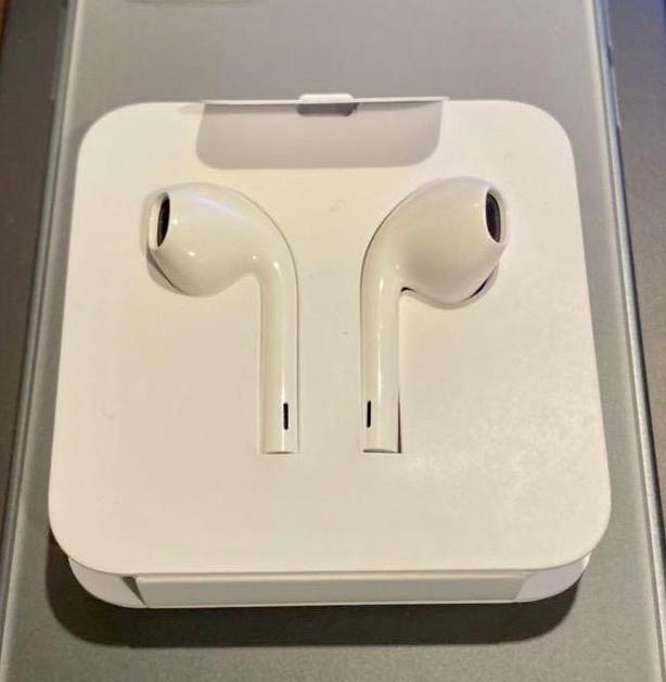 Genuine Apple headphones with lighting / new